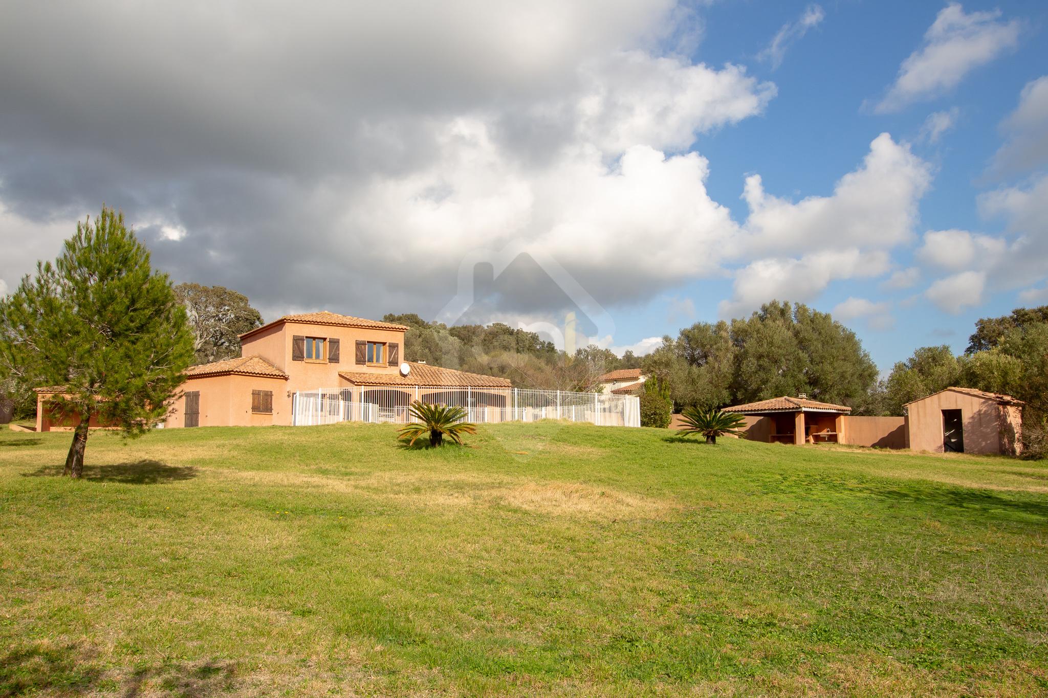 Vente villa de type T5 avec piscine et studio indépendant